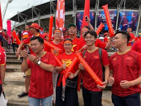 Cổ động viên Việt Nam 'hâm nóng' sân vận động của Thái Lan
