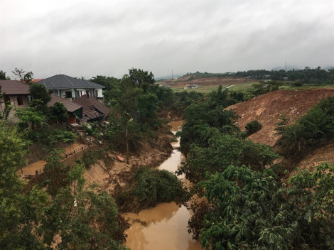 Sụp đổ 'biệt phủ bán cà phê' ở Lao Bảo sau khi nước lũ rút