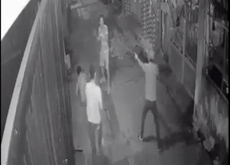 Nhóm thanh niên nam nữ ngang nhiên vác hung khí chém người giữa phố