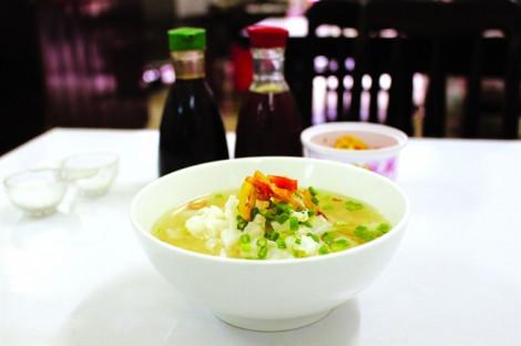 Quán hủ tiếu cá có ông chủ 'khó ở' nhưng luôn đông khách của Sài Gòn