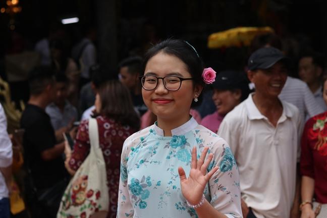 Khan gia 'bao vay' Hoai Linh va dan nghe si tai nha tho To