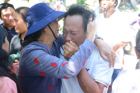 Nước mắt mừng tủi ngày 41 ngư dân sống sót trở về từ Trường Sa