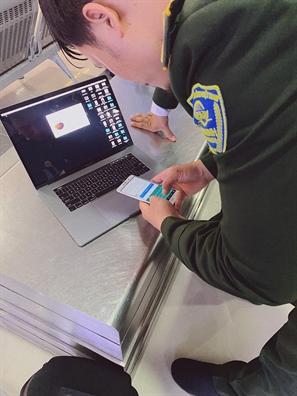 Sau lenh cam mang Macbook Pro di may bay, nhieu hanh khach gap phien phuc
