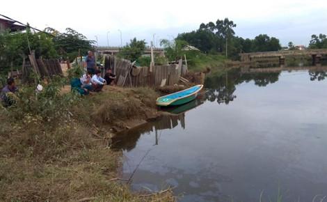 Cá sấu lớn xuất hiện trên sông
