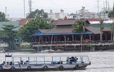 Một công ty xây dựng không phép làm sạt lở bờ sông Sài Gòn
