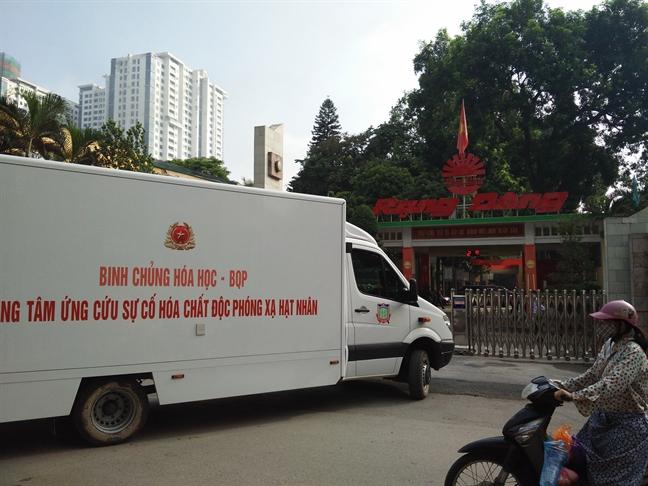 Binh chung hoa hoc Bo Quoc phong dang tay doc Rang Dong