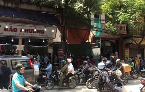 Clip: Người dân Hà Nội xếp hàng từ sáng sớm để mua bánh trung thu Bảo Phương nổi tiếng