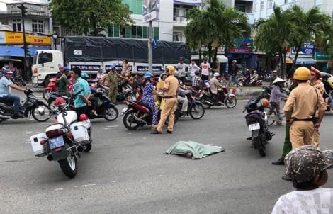 Tai nạn giao thông, một xác trẻ em trong bao tải bất ngờ rơi xuống đường