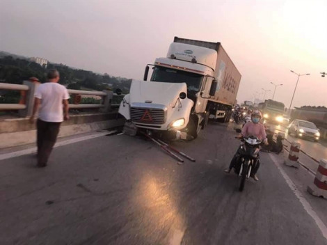 Xe container tông hàng loạt xe máy, một người văng xuống sông mất tích