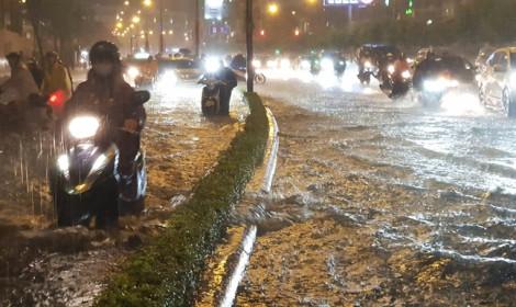 Mưa lớn, đường 'nhà giàu' lại ngập
