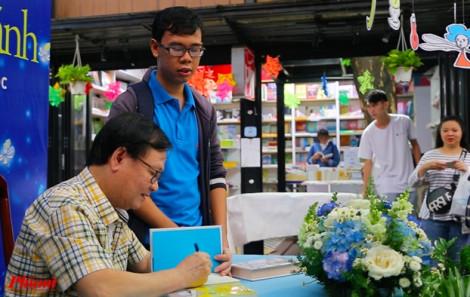 Clip: Hơn 1.500 người đội nắng, đội mưa đợi nhà văn Nguyễn Nhật Ánh ký tặng sách