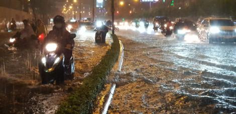 Đường Nguyễn Hữu Cảnh ngập sâu do lượng mưa vượt công suất máy bơm