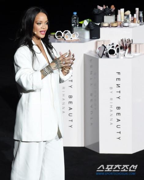 Rihanna bị khán giả chỉ trích vì đến sự kiện muộn 2 tiếng rưỡi