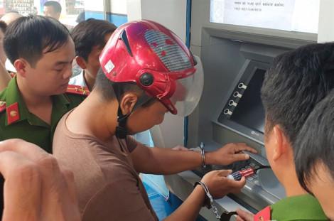 Tội phạm Trung Quốc chỉ mất 1 phút để cài thiết bị đánh cắp dữ liệu thẻ ATM