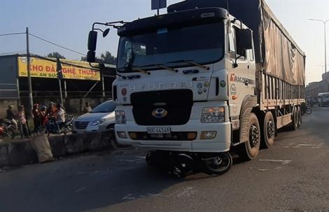 Xe tải tông chết và bị thương 2 người ở nút giao An Sương