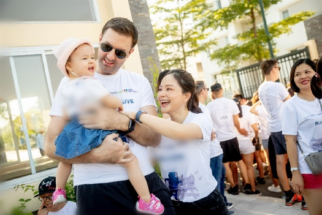 Con gái 1 tuổi của Lan Phương tham gia buổi chạy từ thiện cùng bố mẹ