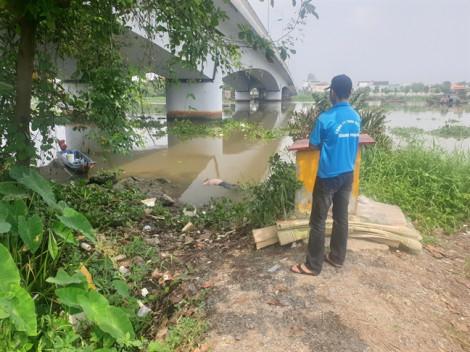 Thi thể nam đang phân hủy, trôi dưới chân cầu Phú Long