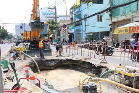 Sau tiếng nổ như pháo, đường Huỳnh Tấn Phát xuất hiện 2 hố sâu
