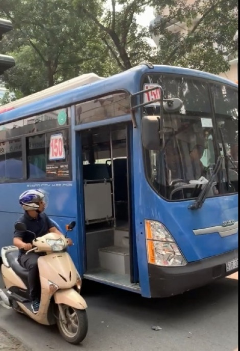 Đình chỉ tài xế xe buýt ở Sài Gòn có hành vi nhổ nước bọt người đi đường