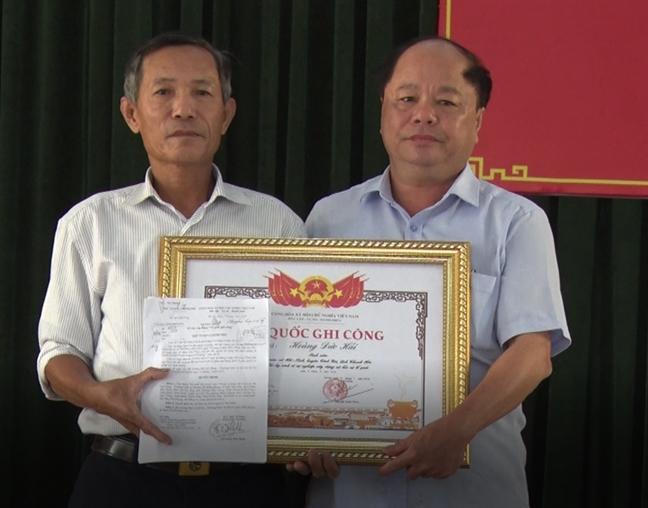 Trao bang To quoc ghi cong cho than nhan nam sinh cuu 3 me con duoi nuoc