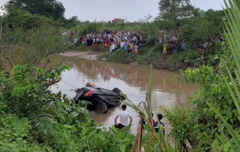 3 người trẻ tử nạn, thi thể được đưa ra khỏi chiếc ô tô trục từ kênh lên