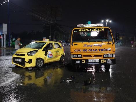 Xe máy lọt gầm xe ô tô cứu hộ lúc rạng sáng, thanh niên 21 tuổi tử vong
