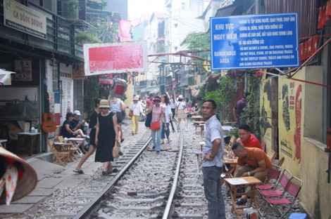 Hà Nội được đề nghị dẹp điểm chụp ảnh, uống cà phê trên đường tàu