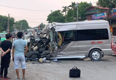 Xe khách 16 chỗ bẹp dúm sau cú tông trực diện xe tải, 2 tài xế bị thương