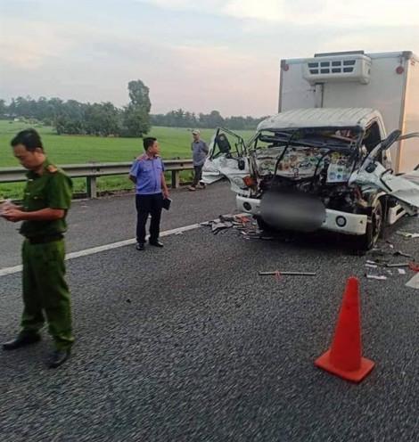 2 xe tải va chạm trên cao tốc, 2 cha con tử vong