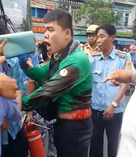 Đình chỉ tài xế xe buýt dùng vật nhọn đâm người mặc áo Grab