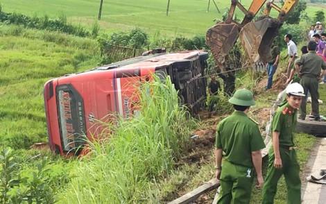 Xe khách lật trên đường sang Lào, hàng chục người thương vong