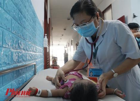 Trẻ bị tay chân miệng nhập viện tăng gấp đôi