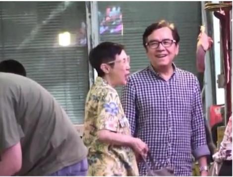 Vợ chồng Khương Đại Vệ tay trong tay đi chợ mua thức ăn