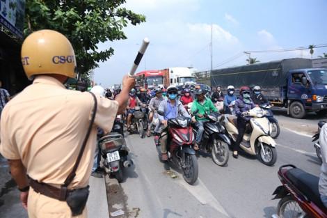 Clip: Nhiều người chạy xe ngược chiều cãi lý với cảnh sát giao thông