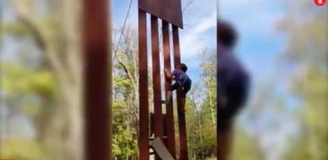 Bé gái 8 tuổi dễ dàng leo qua bức tường biên giới của Tổng thống Trump!