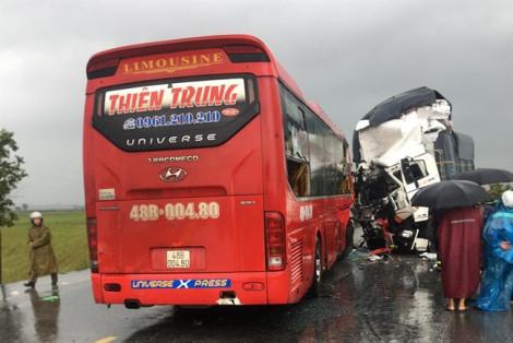 Xe khách đối đầu xe tải, 16 người thương vong