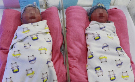 2 bé trai sinh đôi may mắn chào đời nhờ bác sĩ kịp 'cắt' sa dây rốn trong 5 phút