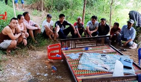 8 người rủ nhau ra bãi bồi giữa sông đánh xóc dĩa