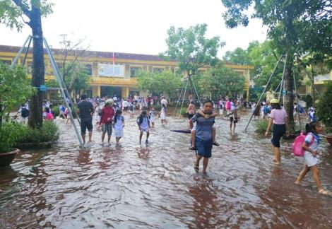 Hơn 10.000 học sinh Nghệ An, Hà Tĩnh phải nghỉ học