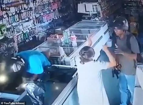 Tên cướp từ chối lấy tiền của bà cụ và trao lại một nụ hôn cảm ơn