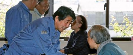 Chính phủ Nhật Bản đến thăm vùng bị bão lụt, xem xét hoãn lễ diễu hành mừng hoàng đế đăng cơ