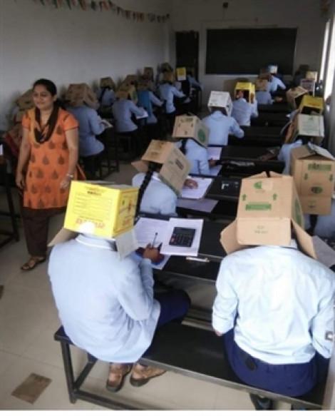 Trường bắt sinh viên đội thùng giấy trong giờ thi để tránh tình trạng 'copy'