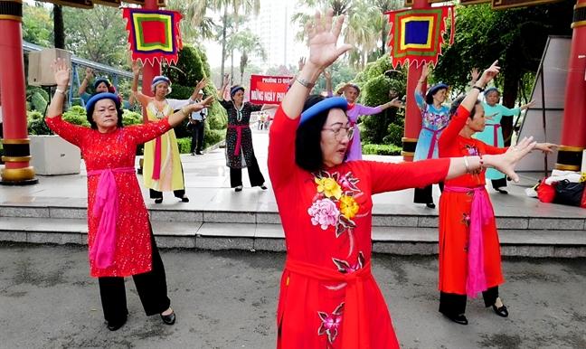 Hang ngan phu nu tham gia the duc dong dien