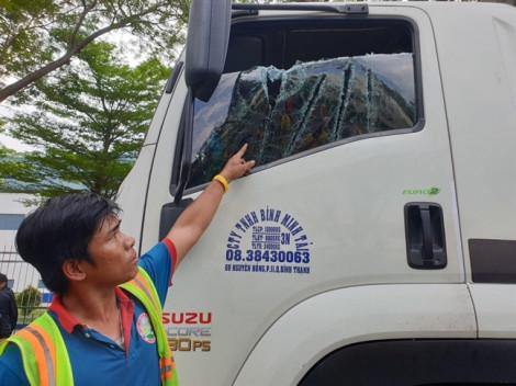 Đôi nam nữ dùng kiếm Nhật chém nát kính xe tải, tài xế kêu cứu