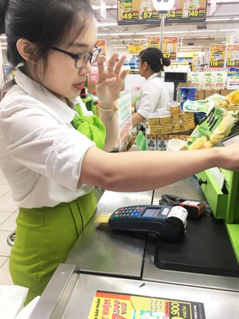 Ngân hàng cũng xúi khách hàng rút tiền mặt  từ thẻ tín dụng