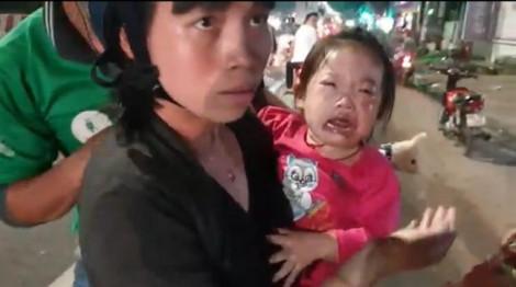 Dầu nhớt đổ ra đường, hàng loạt xe máy bất ngờ té ngã, bà bầu và trẻ nhỏ bị thương