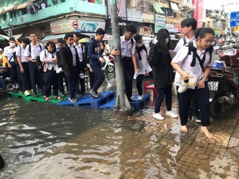 Sau cơn mưa chiều qua, học sinh Trường THPT Trần Hữu Trang lại 'lội nước' vào lớp