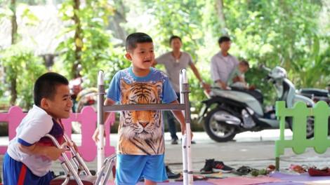 Trẻ mắc bệnh xương thủy tinh thích thú khi được bơi lội