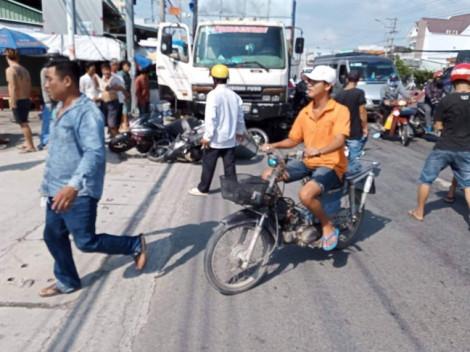 Xe tải tông hàng loạt xe máy đang dừng đèn đỏ ở Long An, 11 người bị thương