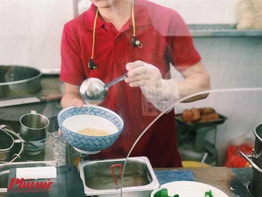Lac vao quan an trong phim TVB voi mon mi long bo doc dao